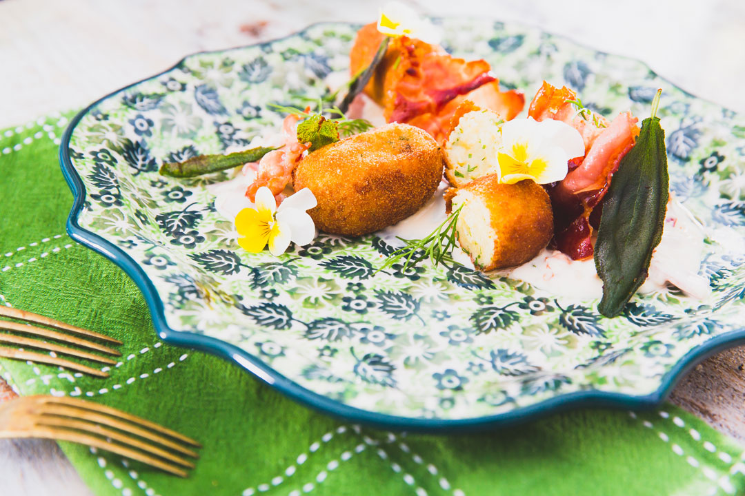 Krokieciki ziemniaczane z jajkiem, sosem z kumpiaka i szałwii