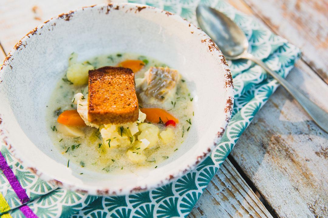Szybka zupa rybna z warzywami, anyżem i razowymi grzankami