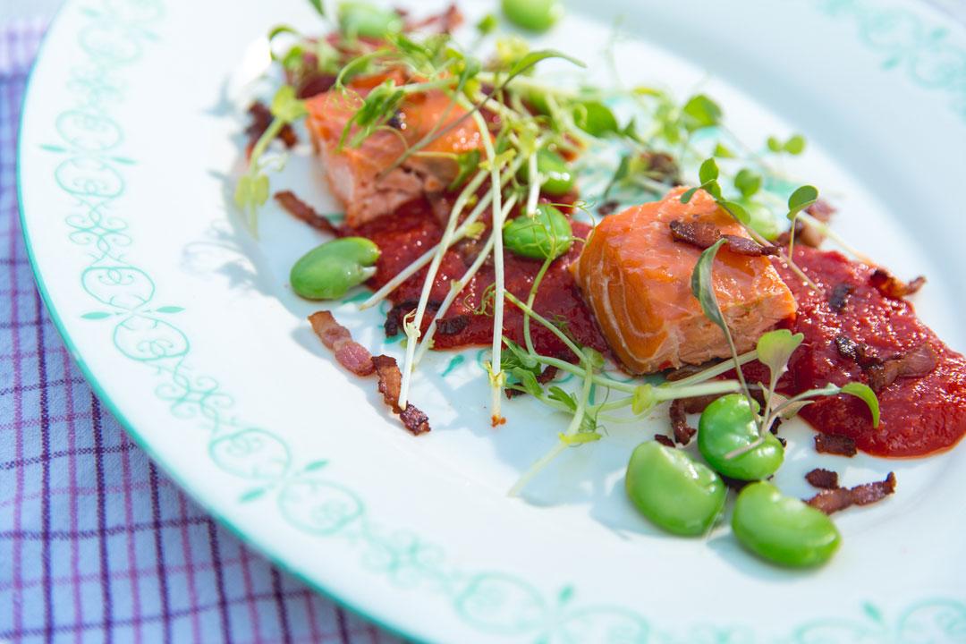 Łosoś bałtycki z konfiturą pomidorową, bobem i chrupiącym boczkiem