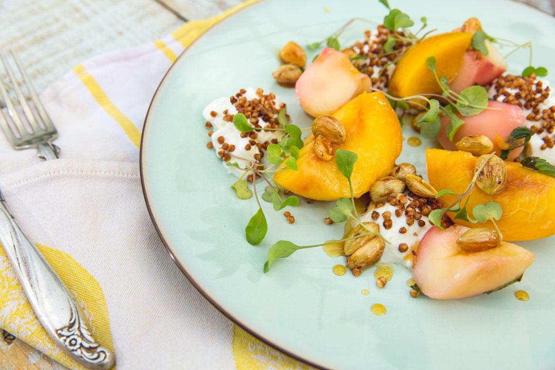 Owoce z gęstym jogurtem,chrupiącą kaszą i orzechami laskowymi