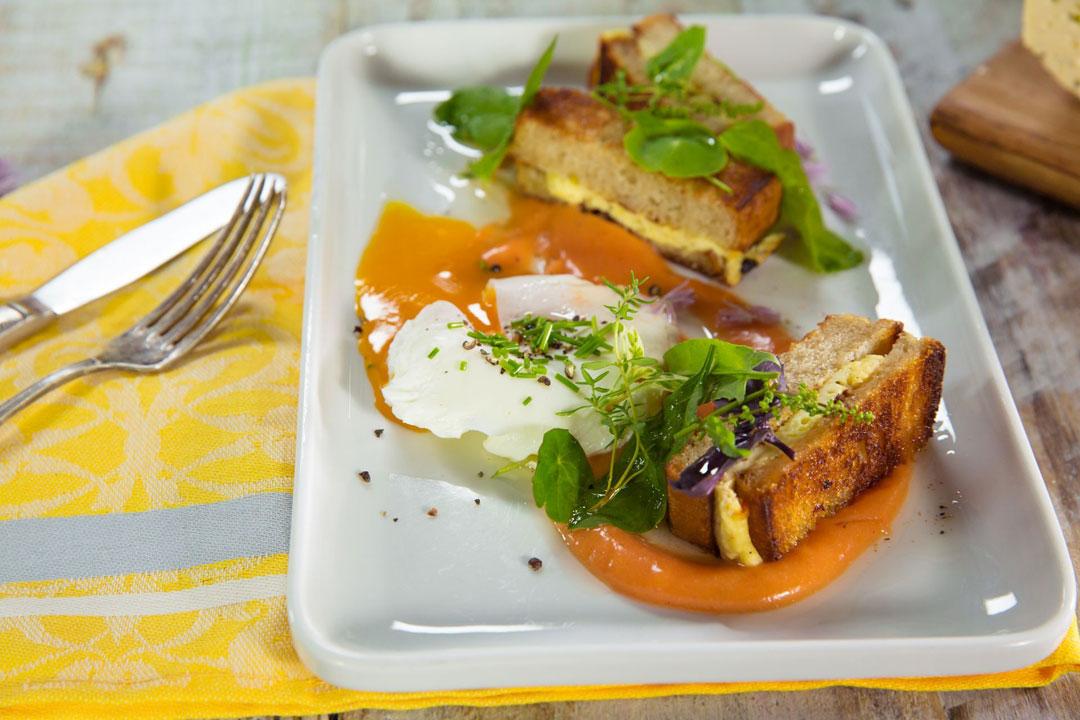 Grillowany ser koryciński z jajem w koszulce i pomidorowym majonezem