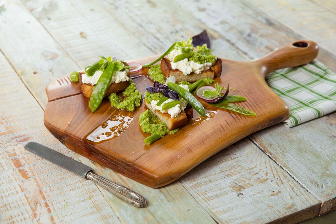 Grzanki z twarożkiem i letnimi warzywami