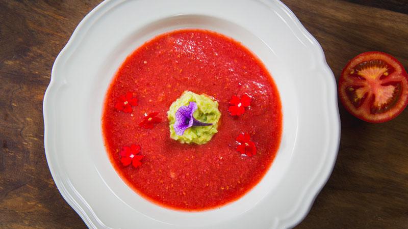 Pomidorowy chłodnik z malinami, truskawkami i zieloną pastą