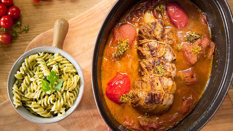 Duszona cielęcina w pomidorach z makaronem z pietruszkowym pesto