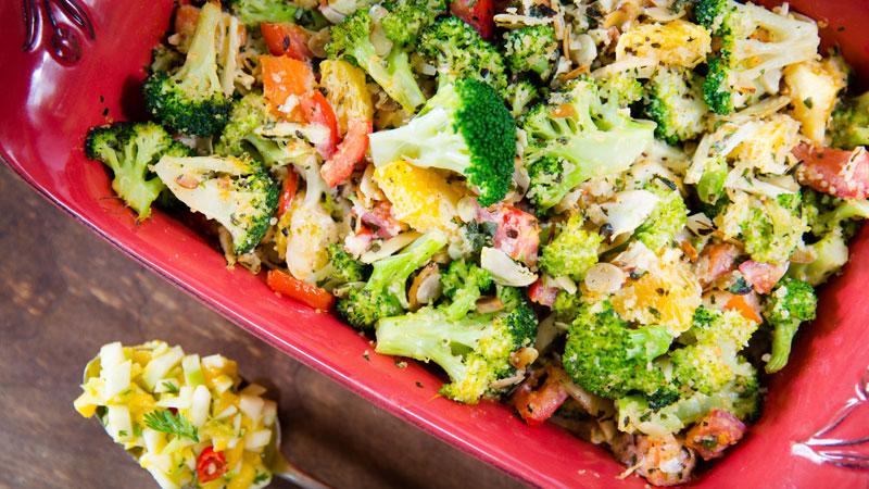 Zapiekanka z brokułów z kaszą bulgur w sosie śmietanowym z salsą z zielonych jabłek
