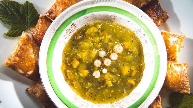 Pierożki z sękaczem, porzeczkami i sosem agrestowym