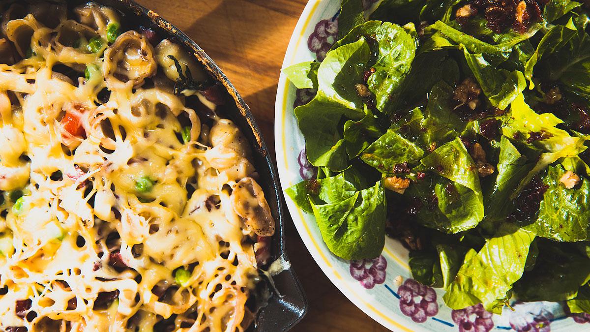 Zapiekanka makaronowa z wędzoną kiełbasą i ostrym żółtym serem