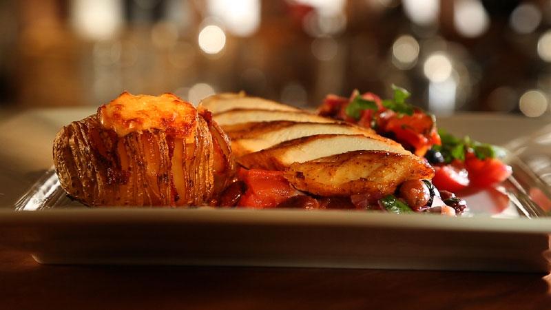 Kurczak po hiszpańsku z pieczonymi ziemniakami z boczkiem