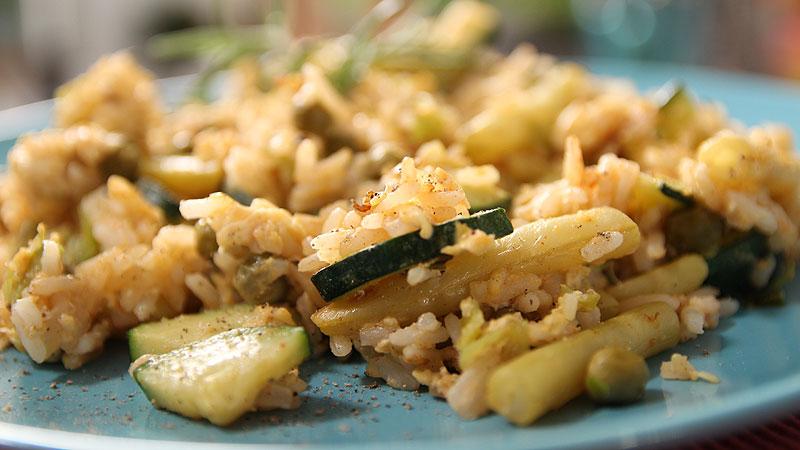 Ryż zasmażany z jajem i warzywami