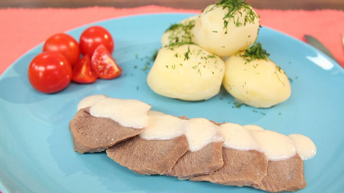 Ozór wołowy w sosie chrzanowym z ziemniakami