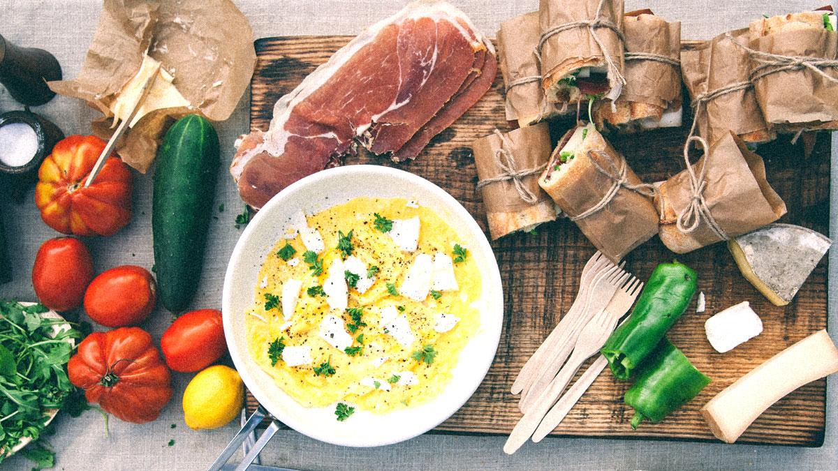 Omlet z owczym serem, kanapka z długądojrzewającą szynką i serem Beaufort