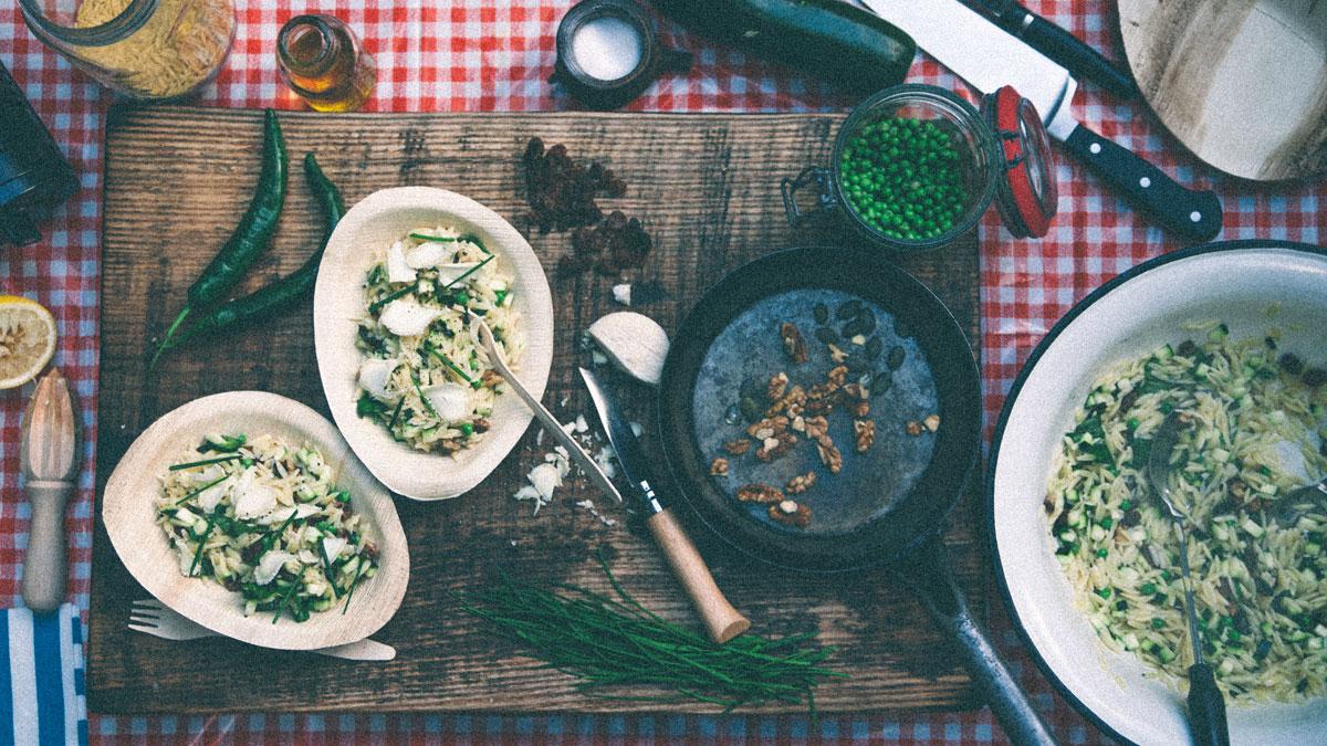 Sałatka z makaronu orzo, cukinią, kozim serem i bakaliami