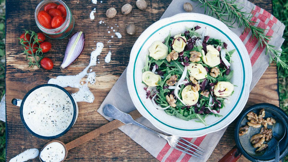 Sałatka z czerwonej cykorii i tortellini w sosie gorgonzola