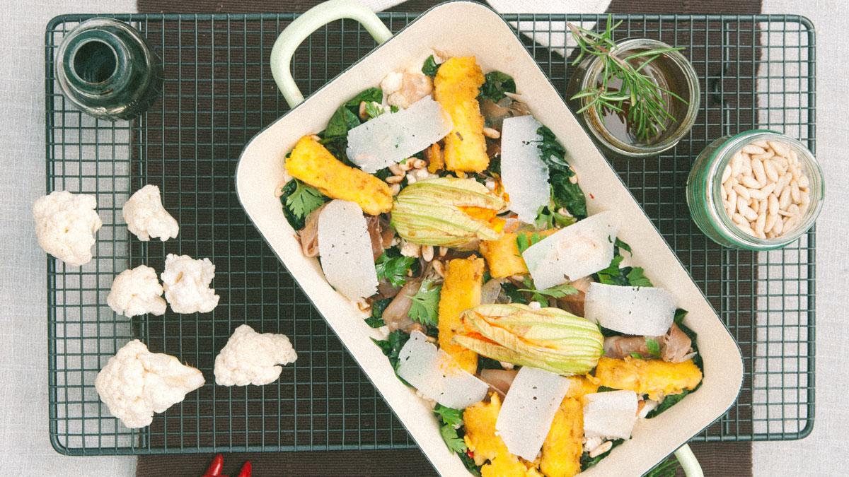 Sałatka z kalafiora, jarmużu, włoskiej szynki speck i frytek z polenty