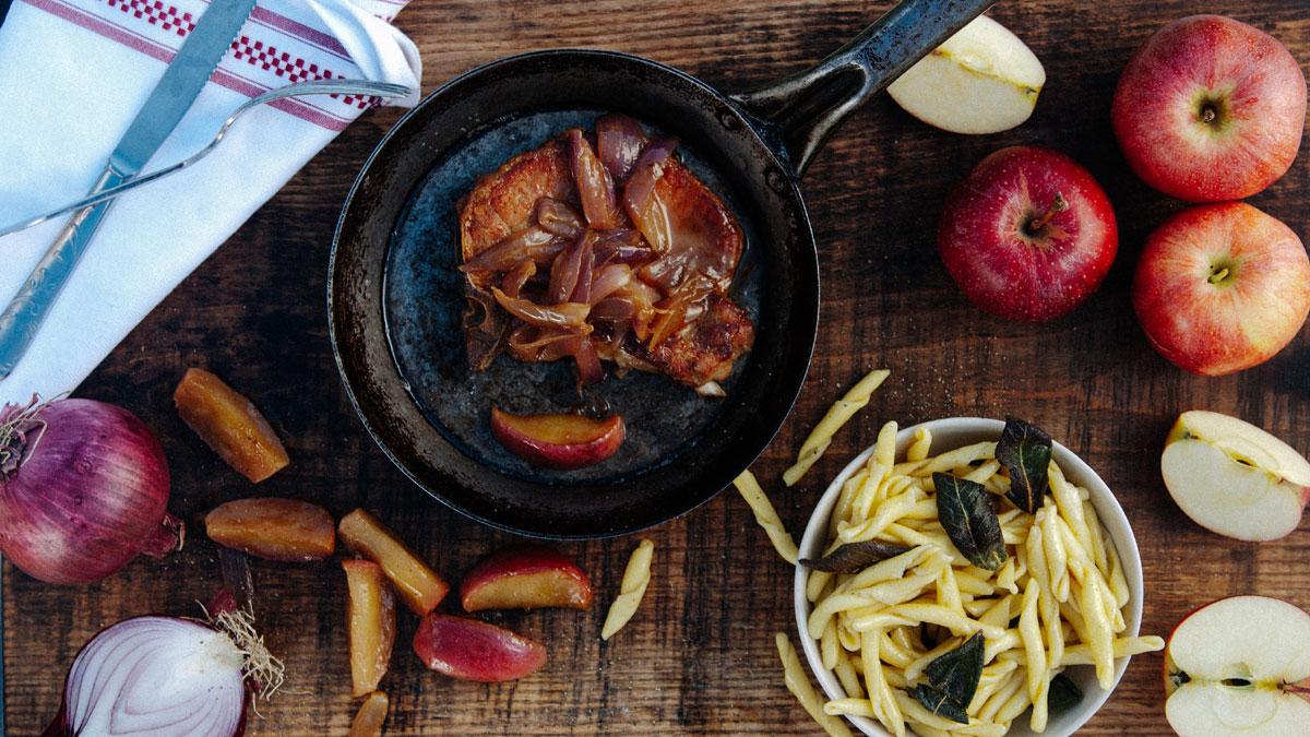 Steki wieprzowe w sosie piwnym, makaron z palonym masłem i chipsy z szałwii