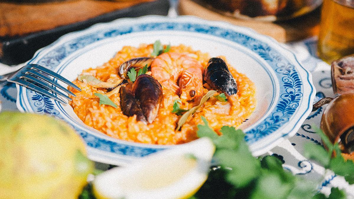 Ryż z owocami morza i sosem pomidorowym