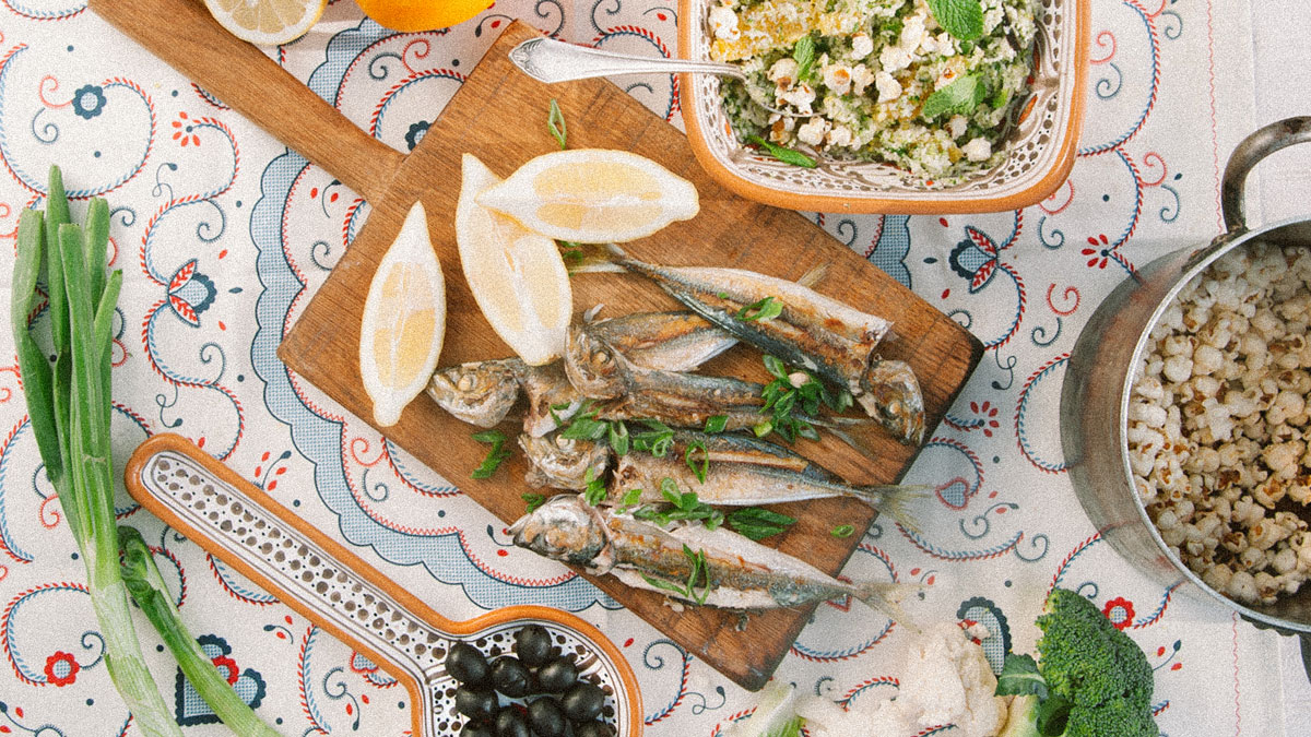 Grillowany ostrobok i tabule z kalafiora i brokułu