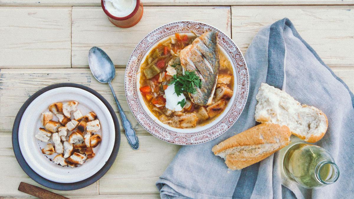 Zupa z zielonej kapusty i pomidorów i filet z dorady