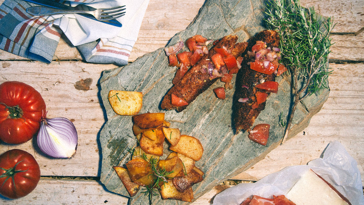 Flamenquin z ziemniakami grillowanymi i pikantna salsa z pomidorów i czerwonej cebuli