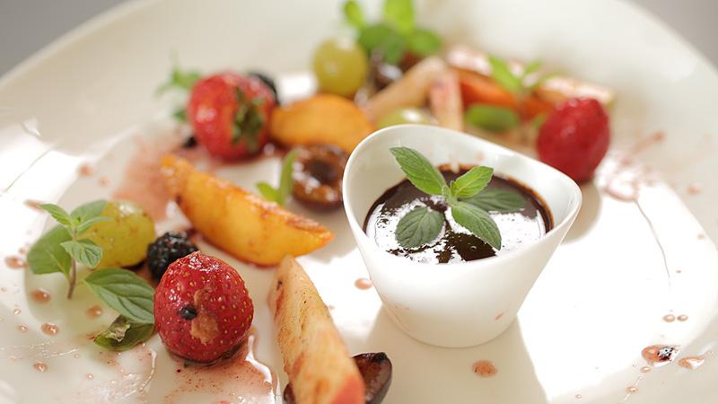 Owoce sezonowe w syropie z agawy podane z fondue kakaowym