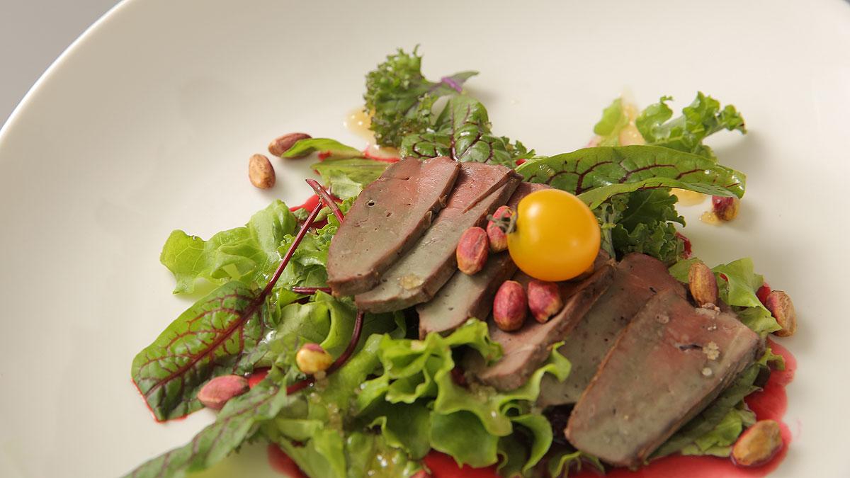 Sałatka z wątróbką cielęcą z sosem malinowym i konfiturą z czerwonej cebuli