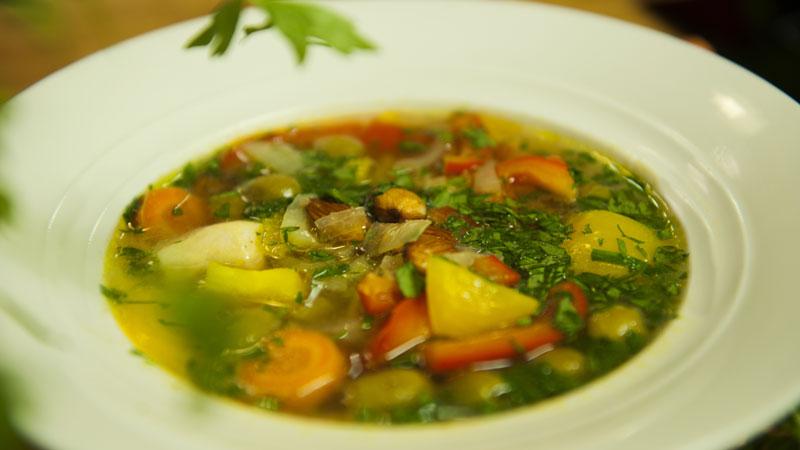 Zupa gulaszowa z migdałami i oliwkami