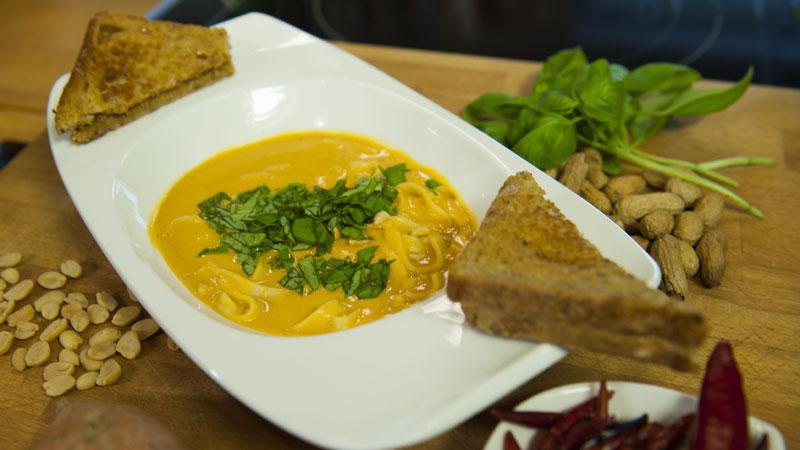 Zupa z czerwoną pastą curry i masłem orzechowym