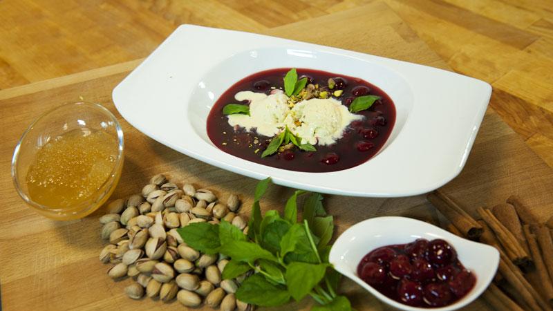 Kwaśna zupa z wiśniami i lodami