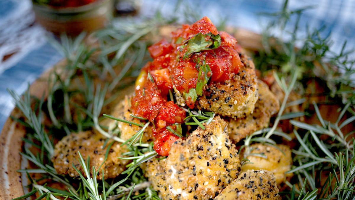 Smażony ser kozi z salsą z pomidorów i bazylii