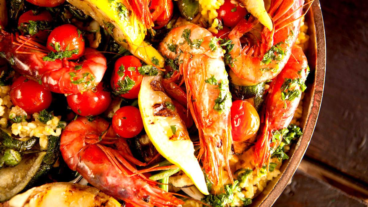 Paella z krewetkami i warzywami z grilla