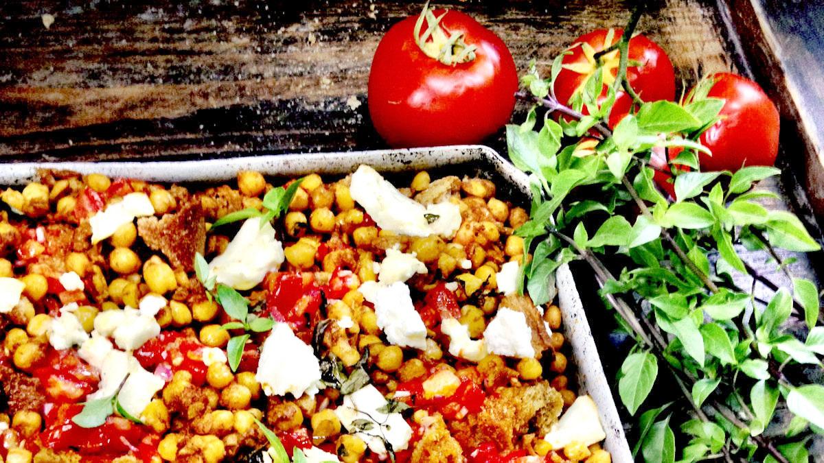 Dakos pieczone z ciecierzycą, pomidorami i fetą