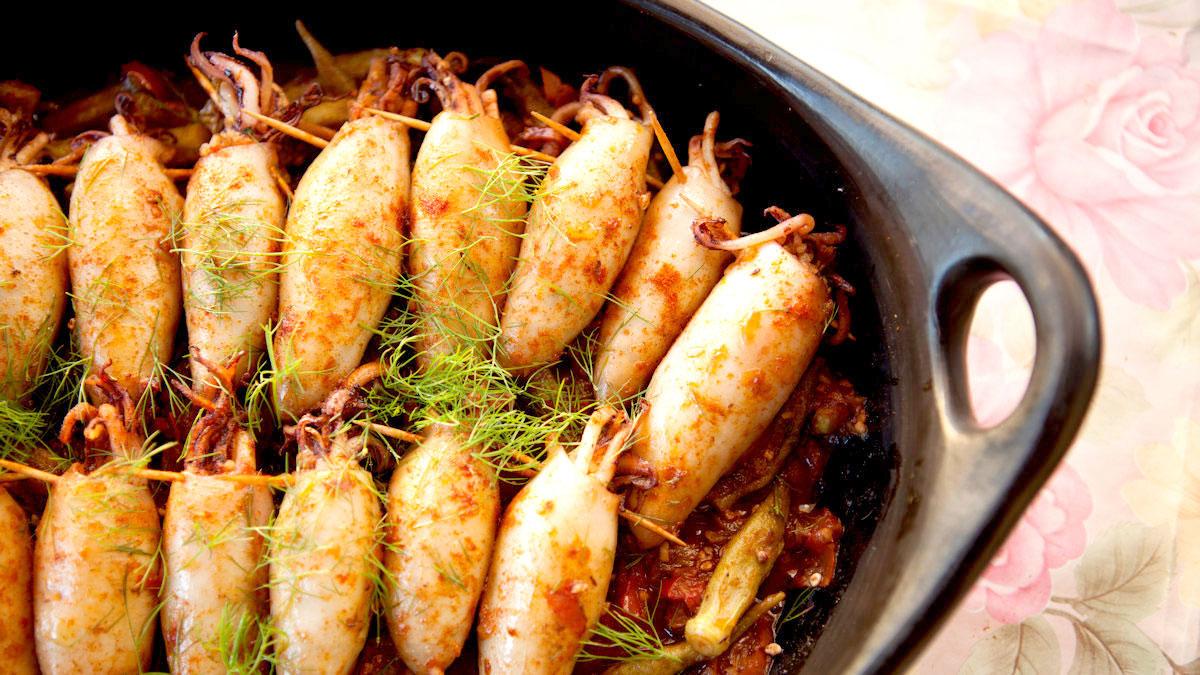 Kalmary faszerowane kaszką bulgur, pomidorami i okrą