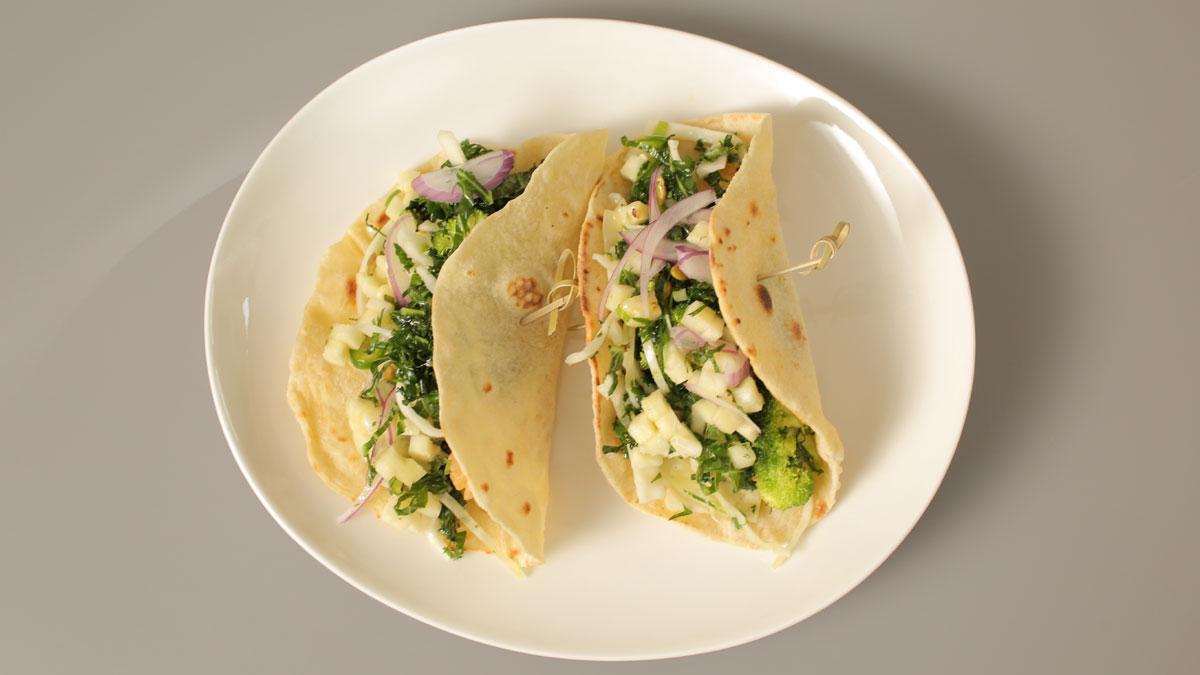 Tacos z dorszem i łososiem w tempurze z salsą
