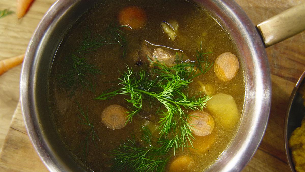 Pikantna zupa na jagnięcinie z nowalijkami