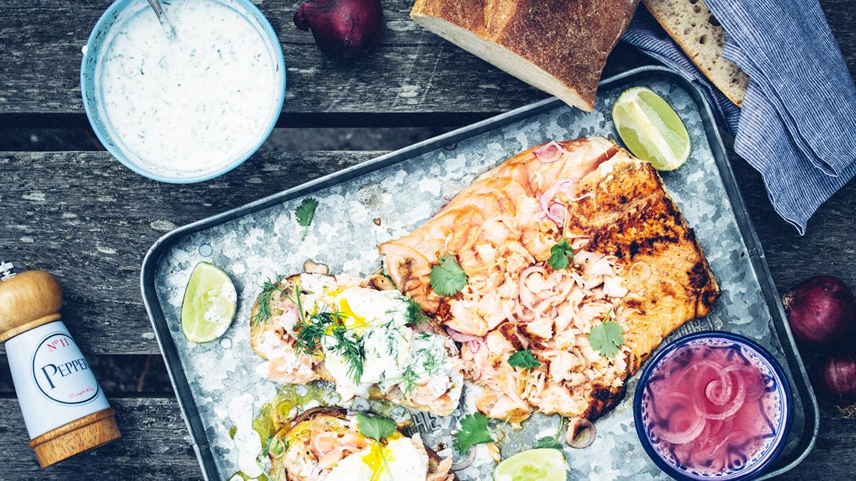 Kanapka z łososiem, jajkiem i marynowaną cebulą