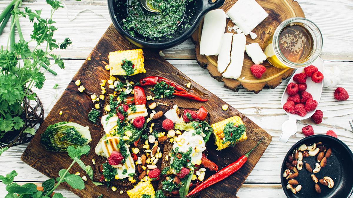 Kanapka z grillowanymi warzywami, chimichurri i serem halloumi