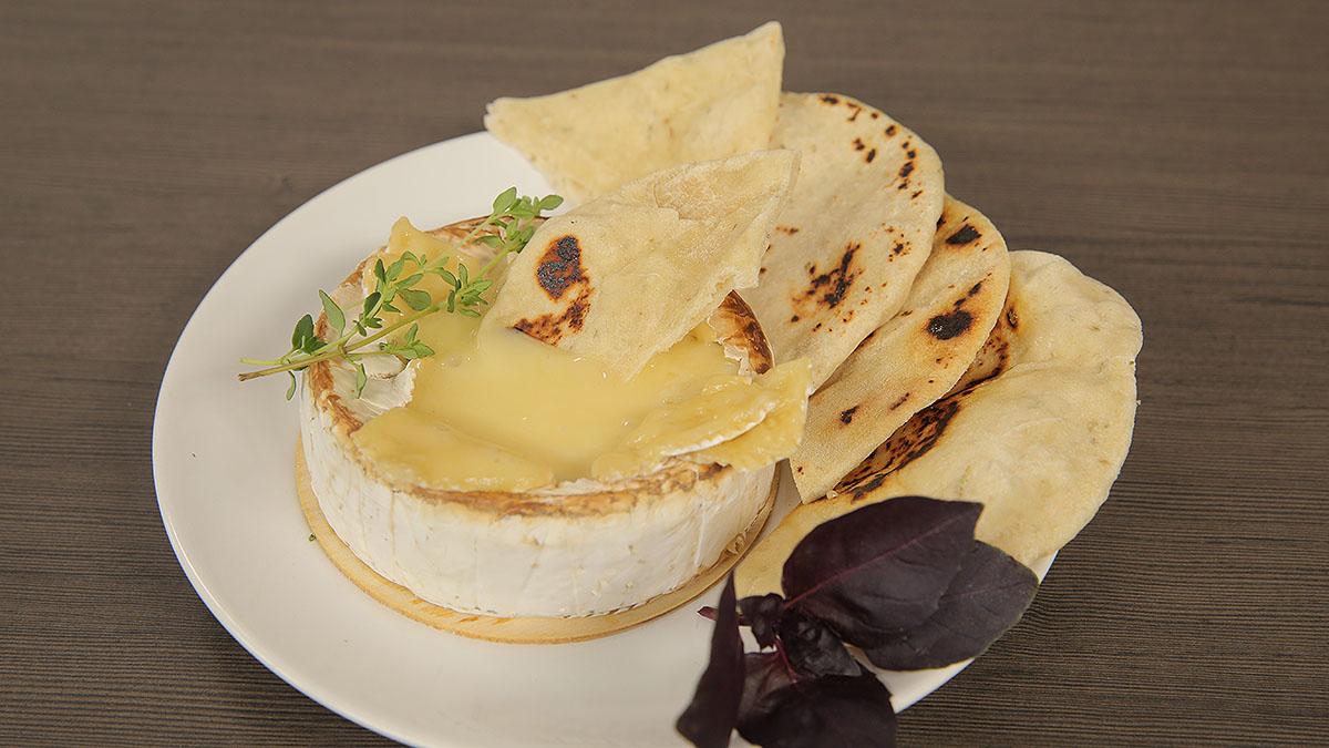 Pieczony camembert z podpłomykami z patelni