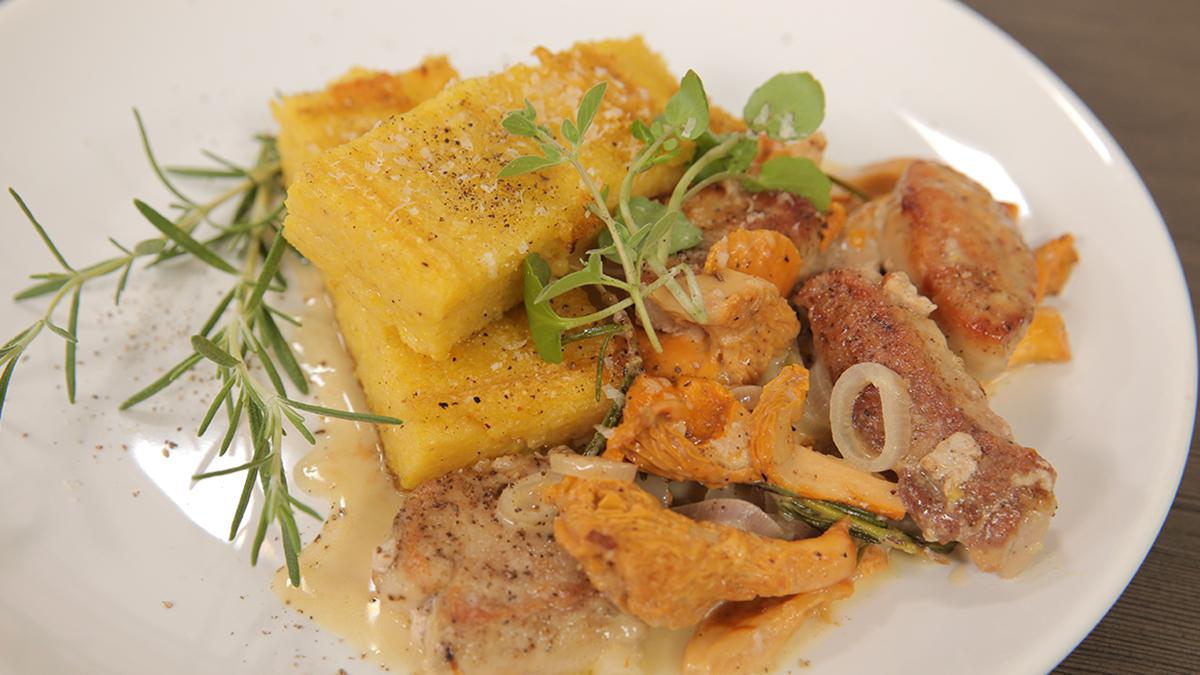 Grillowana polenta z parmezanem i ragout z polędwiczek