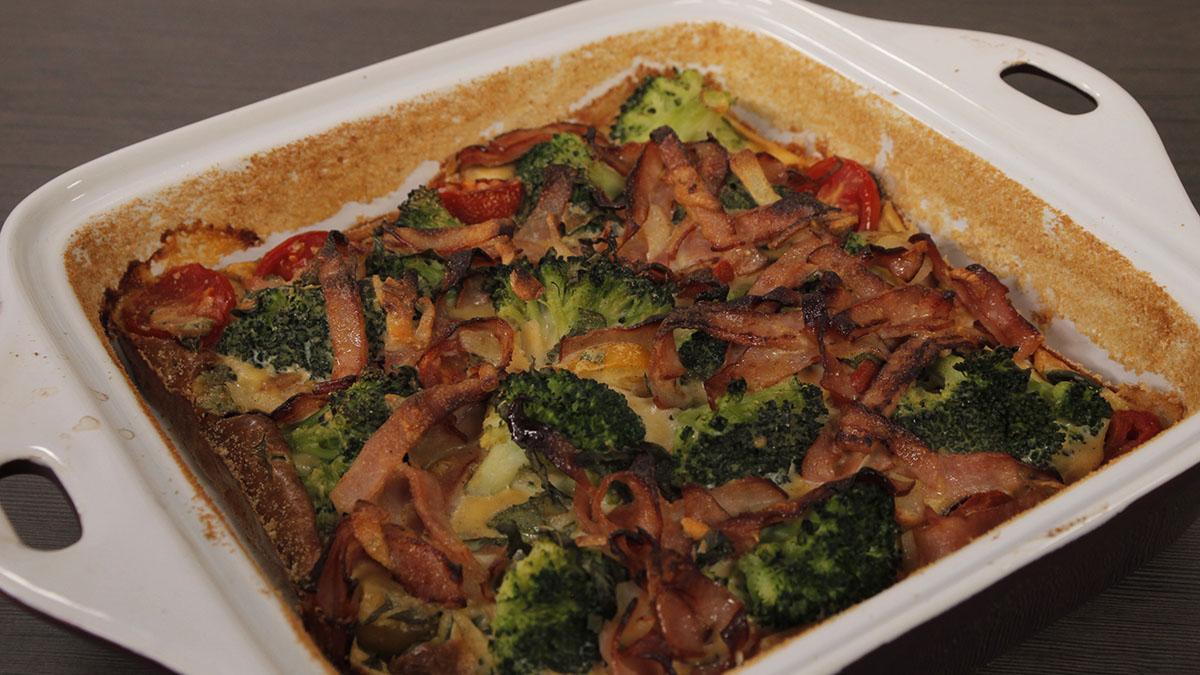 Clafoutis z brokułami, szynką i pomidorami