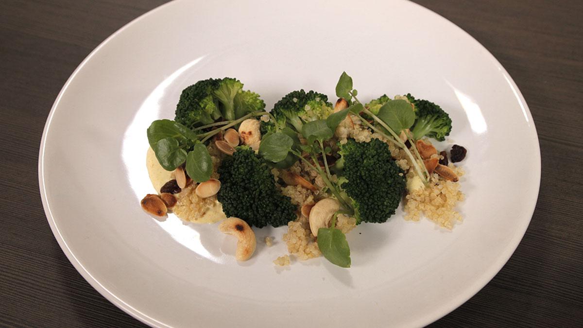 Sałatka z brokułów z migdałami i rodzynkami