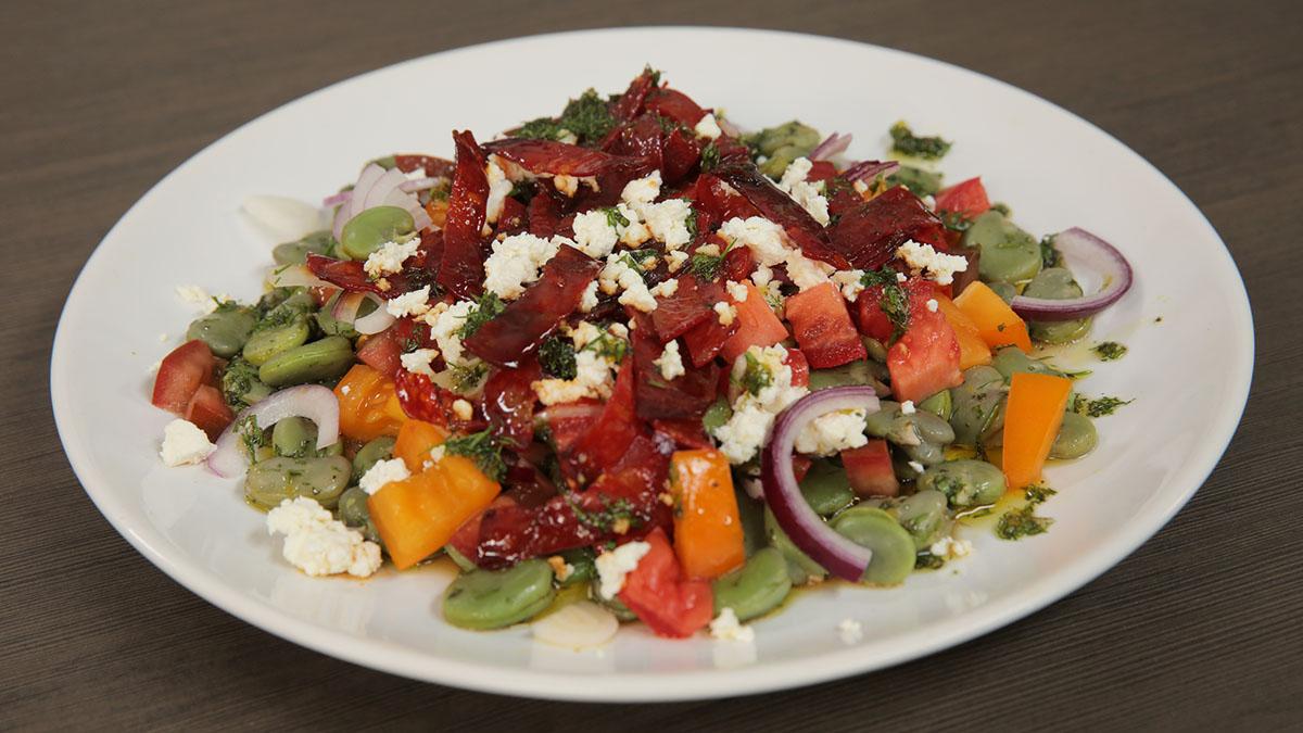 Sałatka z bobu, pomidorów i chorizo z dressingiem ziołowo-miodowym
