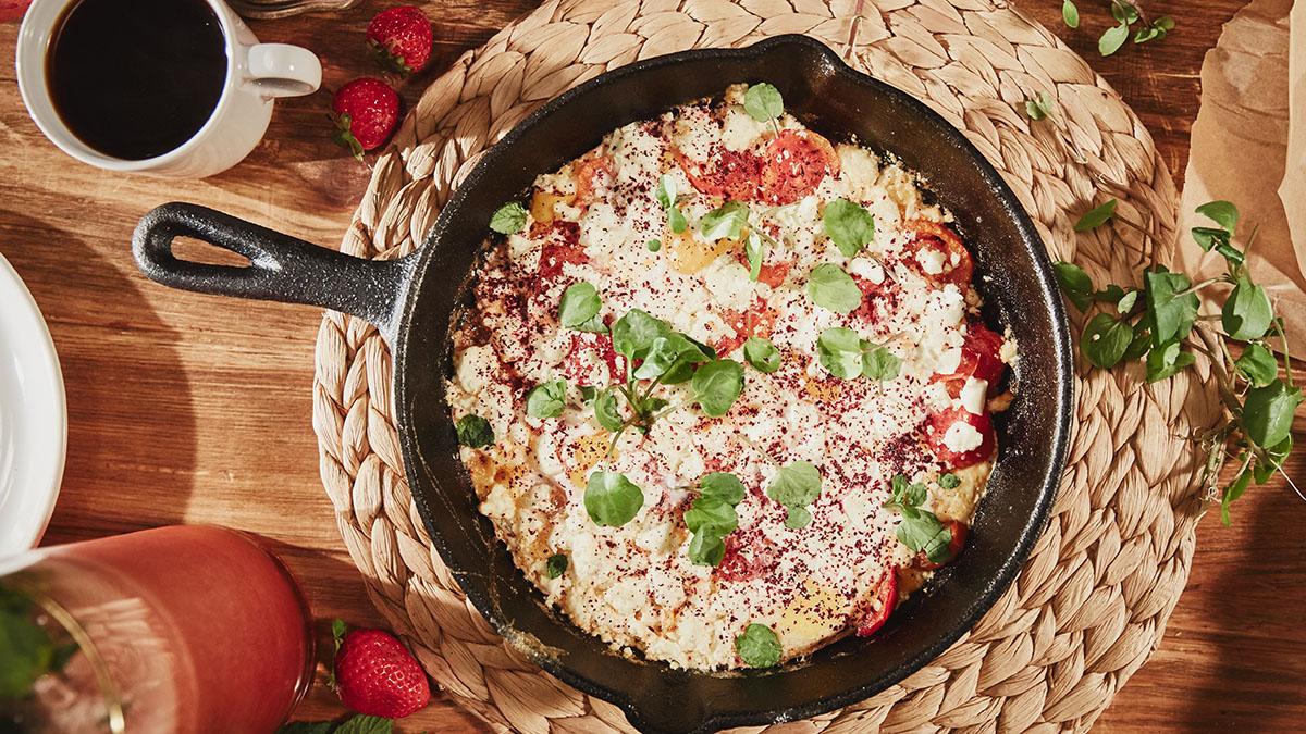 Ser feta zapiekany z kiszonymi pomidorami