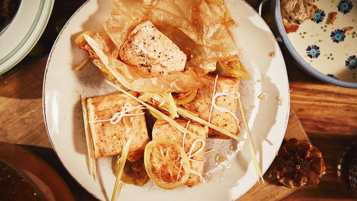 Łosoś w cytrynowym syropie z sałatką ze szpinaku
