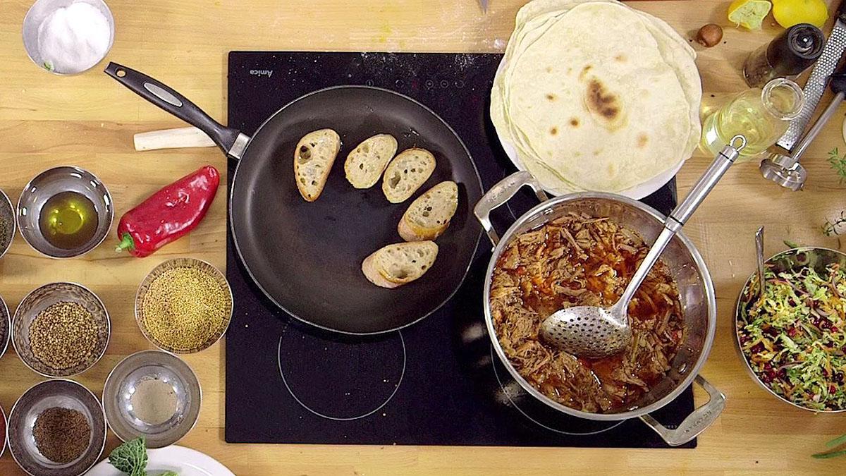 Wyczesana wieprzowina z grzankami i surówką z kapusty włoskiej i dyni