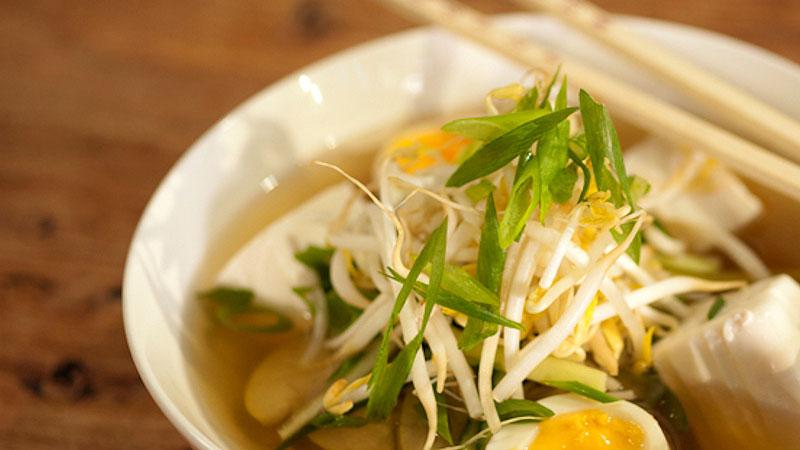 Kwaśna zupa z makaronem gryczanym