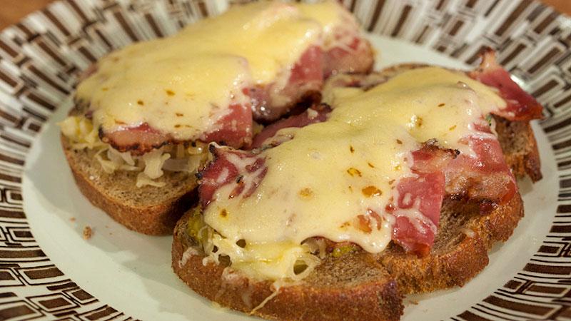 Grillowane kanapki z żytniego chleba z pastrami, kiszoną kapustą i serem