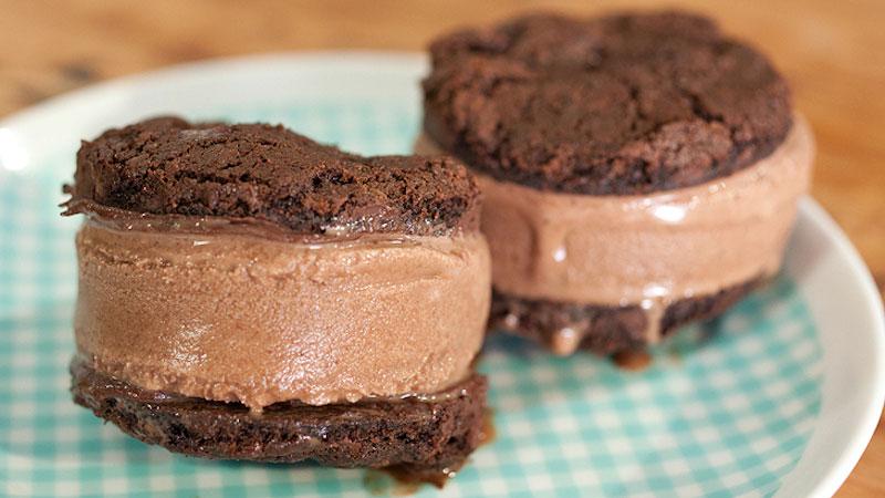 Potrójnie czekoladowa lodowa kanapka