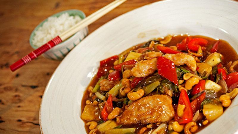 Kurczak w sosie słodko-kwaśnym z chili i nerkowcami