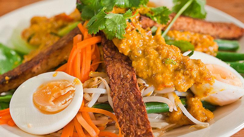Sałatka warzywna z jajkiem i pikantnym sosem orzechowym
