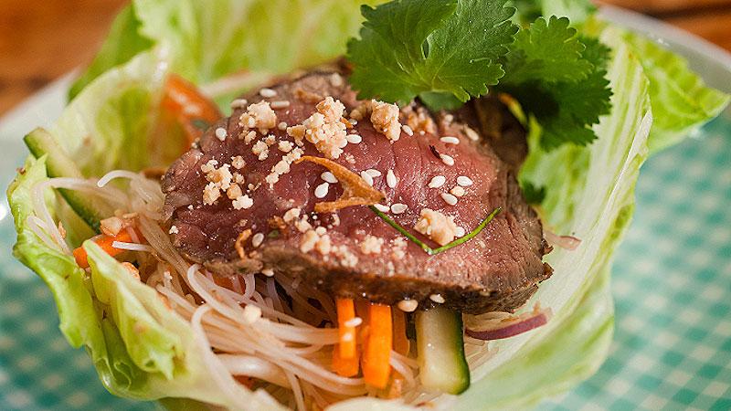 Tajska sałatka z wołowiną i makaronem